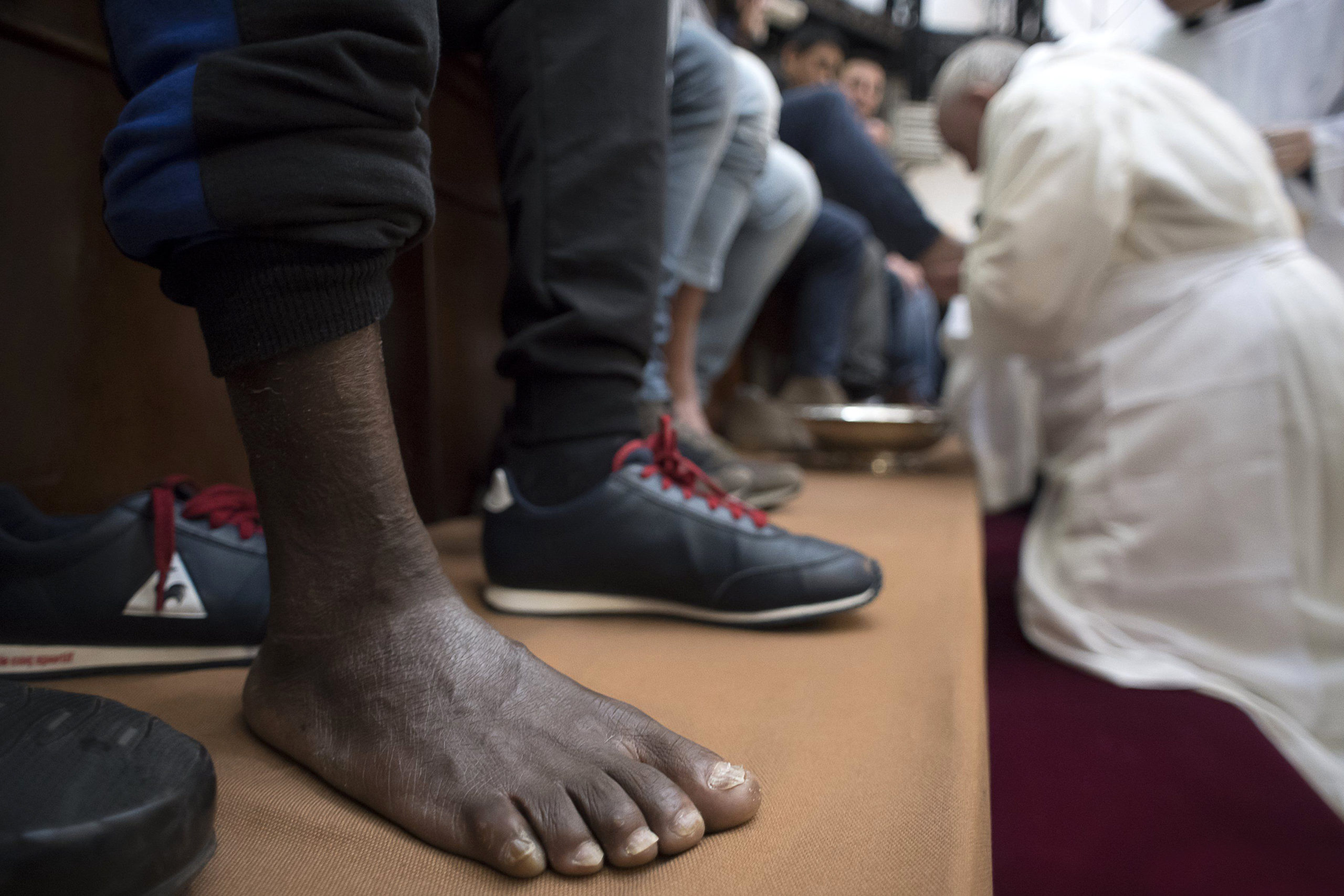 Pope washes feet of inmates at Rome prison – Italy